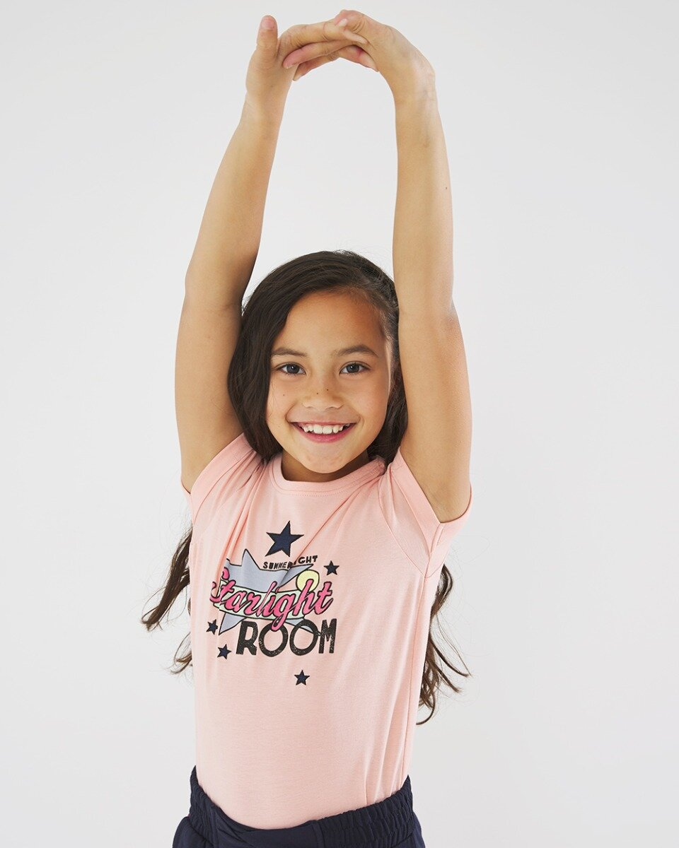 T-shirt zacht roze met starlight room print